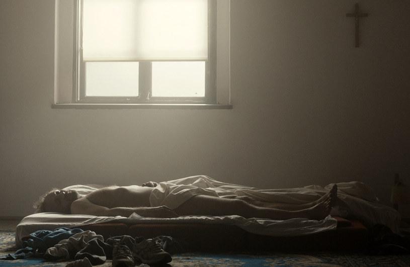 """Dokładnie pięć lat temu na ekrany kin trafił film Małgorzaty Szumowskiej """"W imię..."""". Opowiadający o homoseksualnej relacji łączącej księdza z jednym z jego podopiecznych obraz warto przypomnieć przed zbliżającą się premierą """"Kleru"""" Wojciecha Smarzowskiego."""
