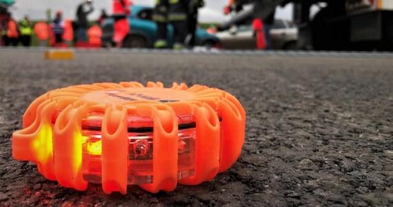 Jedna osoba nie żyje po wypadku na autostradzie A2 w Wielkopolsce. To mężczyzna, który zatrzymał pojazd na trasie, prawdopodobnie w wyniku awarii. Został potrącony przez nadjeżdżające auto.