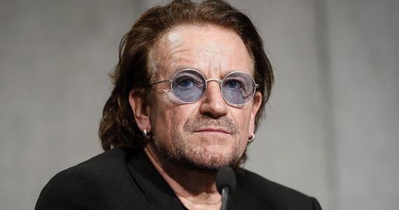 """Papież Franciszek przyjął Bono na prywatnej audiencji w Domu świętej Marty. Artysta mówił dziennikarzom, że rozmawiał z papieżem m.in. o skandalu pedofilii w Kościele w Irlandii i widział """"ból na jego twarzy""""."""