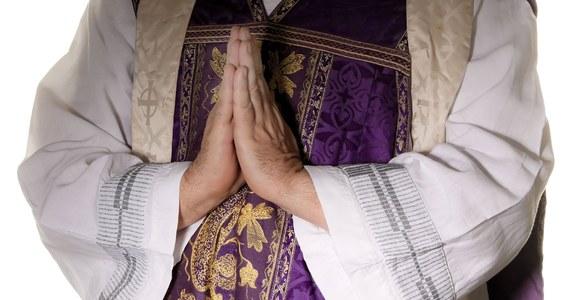 """Ksiądz Grzegorz K. został przeniesiony z Domu Księży Emerytów w Otwocku do zamkniętego klasztoru. Dostał polecenie wykonywania prac fizycznych na rzecz wspólnoty zakonnej – czytamy w komunikacie kurii warszawsko-praskiej. Duchowny to jeden z bohaterów artykułu """"Newsweeka"""" pt. """"Zmowa milczenia"""". Opisano w nim przypadki wykorzystywanych seksualnie przez księży."""