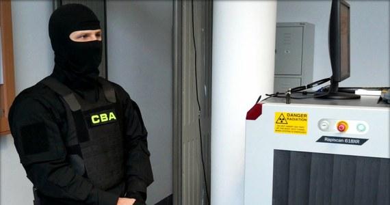 Centralne Biuro Antykorupcyjne zatrzymało właściciela centrum szkoleniowego, który miał wyłudzać pieniądze z Polskiej Agencji Rozwoju Przedsiębiorczości. Wcześniej w tym śledztwie CBA zatrzymało cztery osoby.
