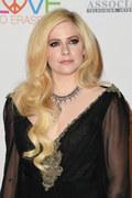 "Avril Lavigne powraca po chorobie. Posłuchaj ""Head Above Water"""