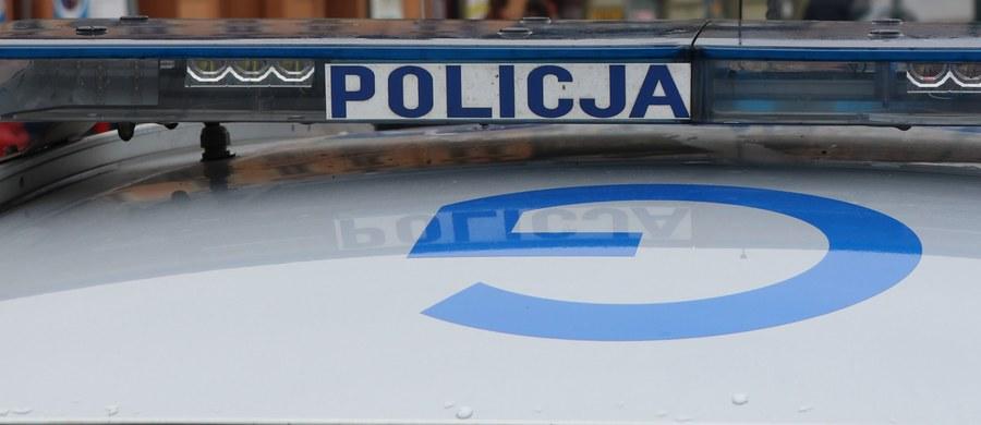 Policja wyjaśnia okoliczności wypadku, do którego doszło w środę w Brodnicy. Kierowca opla corsy potracił 10-letniego chłopca i uciekł z miejsca zdarzenia. W jego zatrzymaniu pomogli świadkowie - pojechali za mężczyzną i spisali numery rejestracyjne jego samochodu. Sprawca był pod wpływem alkoholu.