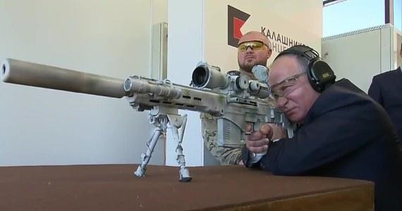 Władimir Putin przetestował najnowszy model karabinu snajperskiego w siedzibie firmy Kałasznikow w Kubince. Prezydent Rosji miał trafić trzykrotnie na pięć prób w cel oddalony o 600 metrów. Na filmie nie widać jednak, jaką celnością wykazał się prezydent.