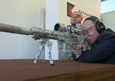 Władimir Putin testuje nową broń Kałasznikowa. Jak sobie radzi?