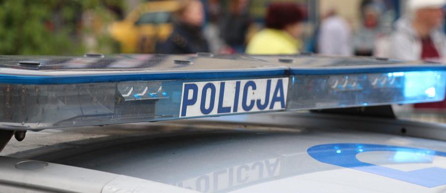 Biuro Spraw Wewnętrznych Policji zatrzymało trzech kolejnych policjantów z Wydziału Ruchu Drogowego komendy w Żorach. Śledztwo, w którym jest 11 podejrzanych funkcjonariuszy, dotyczy przyjmowania łapówek od kierowców. Pojawił się w nim też wątek stosowania przemocy w komendzie.