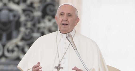 """Papież Franciszek w specjalnym orędziu do narodów Litwy, Łotwy i Estonii powiedział, że jego rozpoczynająca się w sobotę wizyta w tych krajach zbiega się ze stuleciem odzyskania przez nie niepodległości i będzie hołdem dla tych, którzy się do niej przyczynili. W opublikowanym w czwartek w Watykanie orędziu wideo papież podkreślił: """"Drodzy przyjaciele, przed moją wizytą w państwach bałtyckich, na Litwie, Łotwie i w Estonii, pragnę wystosować serdeczne słowa pozdrowień do was wszystkich, którzy mieszkacie na tych ziemiach""""."""