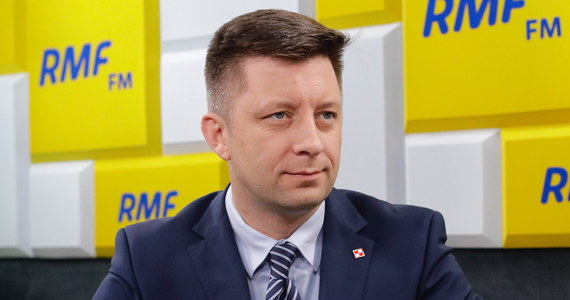 """""""Wszyscy rozumieją, że taka decyzja, takie ulokowanie w Polsce stałych baz amerykańskich byłoby bardzo dużym wydarzeniem, wpłynęłoby znacząco na bezpieczeństwo całego regionu i oczywiście Polski. Za wcześnie, by mówić o konkretnych miejscach. Jedno jest pewne: my byśmy chcieli, że gdyby taka decyzja zapadła, żeby taka baza była ulokowana gdzieś na flance wschodniej, na północnym-wschodzie, bądź na wschodzie Polski"""" - mówił w Porannej rozmowie w RMF FM szef Kancelarii Prezesa Rady Ministrów Michał Dworczyk."""