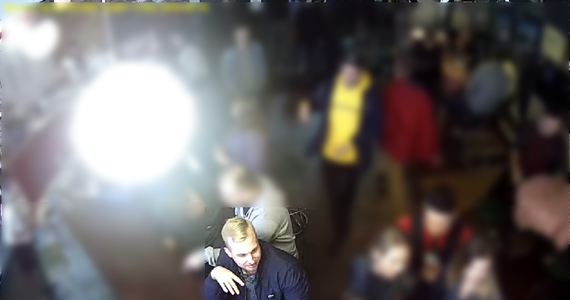 Warszawscy policjanci szukają sprawcy ataku nożem przed pubem w centrum stolicy. Wizerunek napastnika i przebieg zajścia, do którego doszło w nocy 16 września, zarejestrowały kamery.