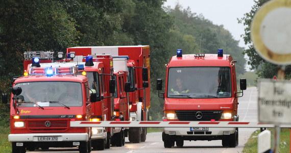Pięciuset strażaków w powiecie Emsland w Dolnej Saksonii, na zachodzie Niemiec, zmobilizowano dodatkowo, by zapobiec rozprzestrzenieniu się na obszary cywilne pożaru torfowiska na poligonie Bundeswehry - poinformowały w piątek władze. Ogłoszono stan zagrożenia katastrofą.