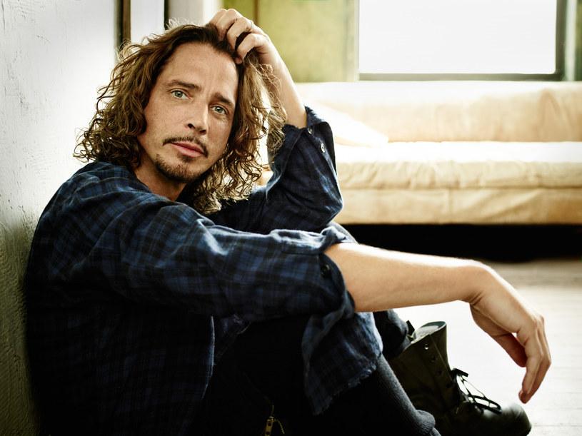 """16 listopada do sklepów trafi składanka pod tytułem """"Chris Cornell"""" zawierająca utwory z całego dorobku zmarłego samobójczą śmiercią w maju 2017 r. wokalisty znanego z Soundgarden, Audioslave, Temple of the Dog i kariery solowej."""