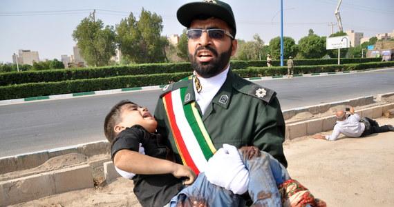 """Do 24 wzrósł bilans ofiar śmiertelnych sobotniego zamachu na paradzie wojskowej w Ahwazie w południowo-zachodnim Iranie - podaje irańska państwowa agencja Irna. Według Irny ranne zostały 53 osoby. """"Jest wiele ofiar wśród cywilów, w tym kobiety i dzieci, obserwatorzy parady"""" - napisała agencja, powołując się na anonimowe źródło we władzach. Wcześniej informowano o 11 zabitych żołnierzach i ponad 30 osobach rannych."""