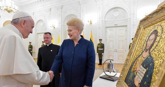 Papież Franciszek w pierwszym przemówieniu wygłoszonym po przybyciu do Wilna powiedział, że odwiedza ten kraj w szczególnym momencie, gdy obchodzi on 100-lecie odzyskania niepodległości. Przywołał też pielgrzymkę św. Jana Pawła II sprzed 25 lat.