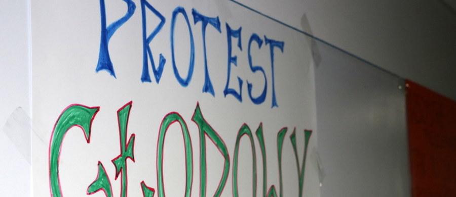 Około 200 pielęgniarek z Wojewódzkiego Szpitala im. św. Ojca Pio w Przemyślu w województwie podkarpackim w sobotę przebywa na zwolnieniach lekarskich. Od początku miesiąca trwa tam też protest głodowy kilkunastu osób. Szpital wstrzymał przyjęcia planowe.