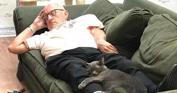 Zdjęcia emeryta z Wisconsin w USA i jego kocich podopiecznych ze schroniska jest hitem internetu. Stopiło wiele serc, a tym samym sprawiło, że na konto instytucji spadł grad dolarów.