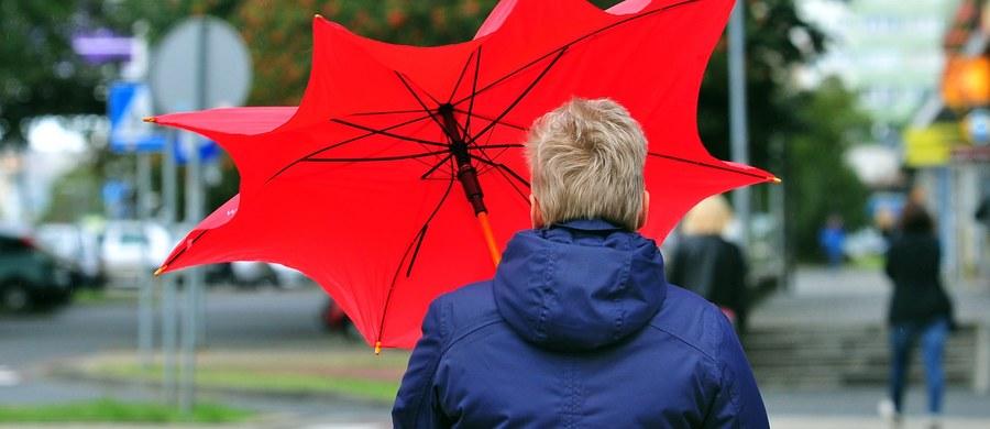 Instytut Meteorologii i Gospodarki Wodnej ostrzega przed silnym wiatrem i intensywnymi opadami deszczu. Swój alert dla pięciu województw ogłosiło też Rządowe Centrum Bezpieczeństwa.