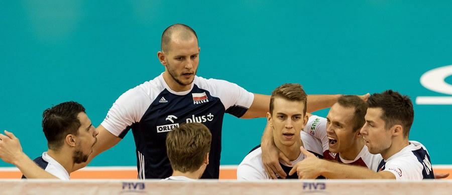 W meczu drugiej rundy mistrzostw świata Polska wygrała z Serbią 3:0 (25:17, 25:16, 25:14). To zwycięstwo oznacza, że biało-czerwoni awansują do najlepszej szóstki mistrzostw. Teraz nasza drużyna przenosi się do Turynu, gdzie będzie rozegrana finałowa faza turnieju.