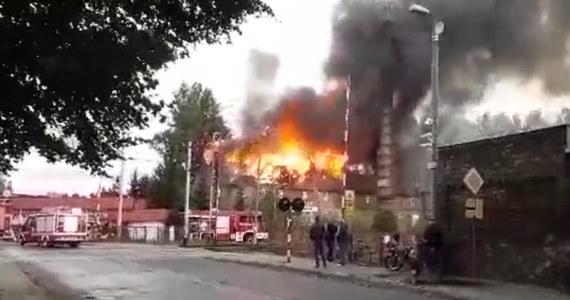 """Trwa dogaszanie pożaru budynku """"Starej Cegielni"""" w Zbąszyniu koło Nowego Tomyśla. Na miejscu nadal pracuje kilkanaście zastępów straży pożarnej - informuje dziennikarz RMF FM Mateusz Chłystun."""