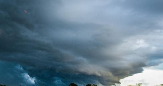 W ciągu kilku najbliższych godzin silny wiatr i burze mogą wystąpić na terenie całego kraju - poinformowało Rządowe Centrum Bezpieczeństwa. Ostrzeżenia pierwszego stopnia przed silnym wiatrem i burzami z gradem wydano dla czternastu województw.