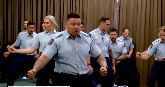 """W nietypowy sposób uczcili przyjęcie do służby funkcjonariusze z nowozelandzkiego Auckland. Policjanci podczas ślubowania wykonali... efektowną hakę, maoryski taniec wojenny, rozpropagowany na świecie przez """"All Blacks"""", reprezentację Nowej Zelandii w rugby."""