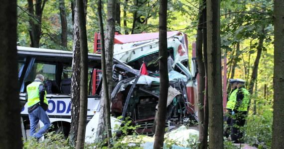 Droga krajowa nr 16 między Ostródą a Iławą była przez ponad 8 godzin nieprzejezdna. Została zablokowana po zderzeniu szkolnego autobusu i ciężarówki. W wypadku zginęły dwie osoby.
