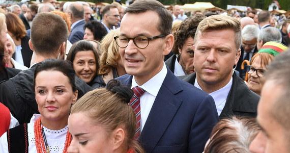 Szczególnie nas decyzja KE nie dziwi, czekamy na wniosek procesowy. Jak się z nim zapoznamy, będziemy mogli odpowiedzieć - tak premier Mateusz Morawiecki odniósł się w poniedziałek do decyzji KE ws. skierowania skargi do TSUE. Komisja Europejska podjęła w poniedziałek decyzję o skierowaniu do Trybunału Sprawiedliwości UE skargi przeciwko Polsce w związku z przepisami ustawy o Sądzie Najwyższym. KE występuje o rozpatrzenie sprawy przez sędziów w Luksemburgu w trybie przyspieszonym. Chce również, by TSUE wydał tymczasową decyzję zabezpieczającą (tzw. środki tymczasowe), aby do czasu wydania ostatecznego orzeczenia niektóre przepisy ustawy o Sądzie Najwyższym pozostały zawieszone.