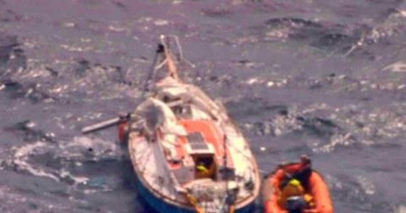 """Francuski statek rybacki podjął na swój pokład rannego żeglarza Abhilasha Tomy'ego. Jego jacht dryfował po Oceanie Indyjskim po tym, jak sztorm uszkodził maszt. 39-latek doznał poważnego urazu pleców, ale na szczęście zdołał wezwać pomoc. """"Jest przytomny"""" – poinformowano."""