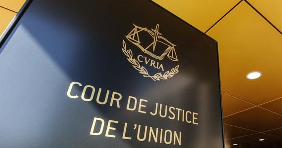 """Według Komisji Europejskiej wdrożenie kwestionowanych przepisów regulujących przejście sędziów Sądu Najwyższego w stan spoczynku tworzy """"zagrożenie w postaci poważnego i nieodwracalnego uszczerbku dla niezależności sądownictwa w Polsce"""". To dlatego KE skierowała do TSUE skargę przeciw Polsce. Chce, by unijny Trybunał zanim zapadnie wyrok, wydał tymczasową decyzję zabezpieczającą (tzw. środki tymczasowe), aby do czasu wydania ostatecznego orzeczenia przepisy ustawy o SN pozostały zawieszone. Jeżeli Warszawa nie dostosuje się, czyli nie wstrzyma czystek emerytalnych, to Trybunał będzie mógł nałożyć wysokie kary pieniężne, nawet 100 tys. euro za każdy dzień zwłoki. Polska będzie mogła się bronić i przedstawiać swoje argumenty w TSUE, ale od postanowień i jego wyroków nie będzie odwołania - ustaliła nasza dziennikarka Katarzyna Szymańska- Borginon."""