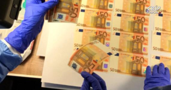 Policjanci z gdańskiego oddziału CBŚP zatrzymali mężczyznę podejrzanego o podrabianie euro. Pierwsza informacja o przestępczym procederze dotarła do Biura Kryminalnego KGP z Europolu. CBŚP współpracując z policją austriacką ustaliło, że fałszywe banknoty euro były sprzedawane za pośrednictwem internetu do wielu krajów.