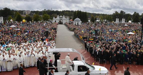 W ostatnim dniu podróży po krajach bałtyckich papież Franciszek przybył we wtorek rano do Estonii. Wizytą w tym kraju papież kończy czterodniową podróż do krajów bałtyckich, w trakcie której odwiedził także Litwę i Łotwę. Franciszek podróżuje śladami św. Jana Pawła II, który w republikach bałtyckich był 25 lat temu, na progu ich wolności, po upadku ZSRR.