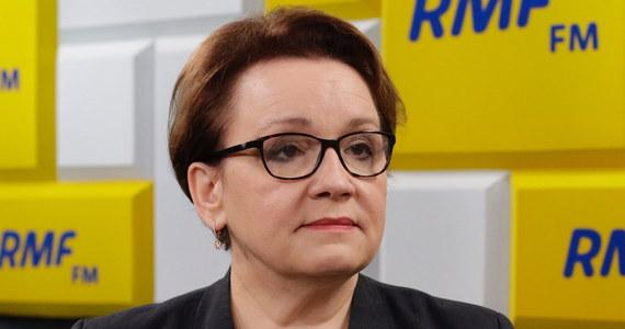"""""""Będziemy rozmawiać i dyskutować"""" - mówi szefowa MEN Anna Zalewska pytana o żądania związków zawodowych m.in. nauczycieli, którzy domagają się jej odejścia. """"W szkołach nie ma chaosu. Jesteśmy razem z nauczycielami, samorządowcami i dyrektorami"""" -  podkreśla Poranny gość RMF FM. Jak dodaje: wszystkie obawy wobec reformy edukacji były niepotrzebne. Zdaniem minister, """"w Warszawie powstało 37 nowych szkół, choć wcześniej Hanna Gronkiewicz-Waltz zlikwidowała 22 szkoły""""."""