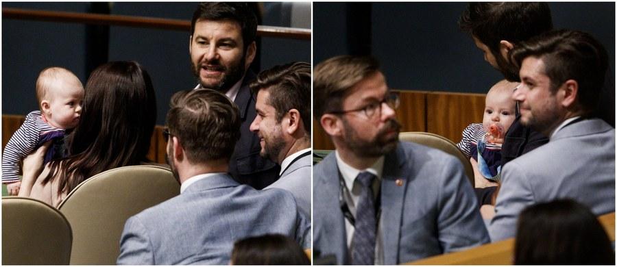 Niecodzienny widok stał się udziałem obserwujących sesję Zgromadzenia Ogólnego ONZ w Nowym Jorku. Premier Nowej Zelandii Jacinda Ardern zabrała ze sobą na obrady… swoją trzymiesięczną córeczkę. Kiedy wygłaszała przemówienie, maleństwem zajmował się jego ojciec.