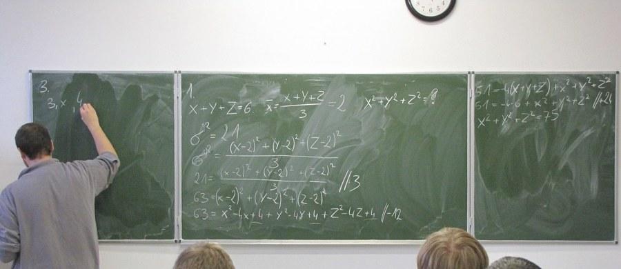 Uczniowie warszawskich szkół znaleźli się na szczycie wyników międzynarodowego badania PISA, które ocenia poziom wiedzy i umiejętności uczniów w zakresie czytania ze zrozumieniem, matematyki oraz rozumowania w naukach przyrodniczych.