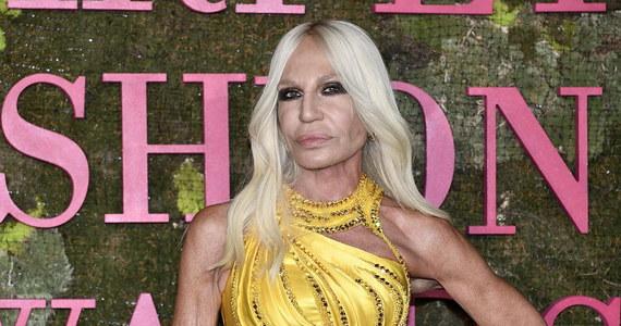 """Amerykańska firma modowa Michael Kors przejmie za 2,1 miliarda dolarów włoski dom mody Versace - poinformowano we wtorek. """"Przejęcie Versace jest milowym krokiem dla naszej grupy. Wierzymy, że z potencjałem naszej grupy Versace będzie osiągać ponad 2 miliardy dolarów przychodu"""" - napisał w wydanym oświadczeniu John D. Idol, prezes grupy Michael Kors."""