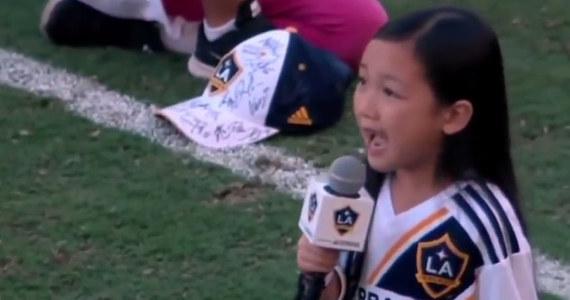 Ameryka pod wrażeniem 7-latki, której brawo bił nawet Zlatan Ibrahimović. W Los Angeles przed meczem futbolowej ligi MLS amerykański hymn wykonała mała Malea Emma. Nagranie jej występu podbija teraz sieć, a 7-latka staje się gwiazdą. I naprawdę trudno się temu dziwić... Zobaczcie!