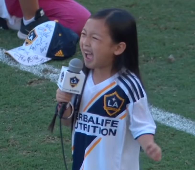 Za Oceanem zachwyt wzbudziła 7-letnia Malea Emma Tjandrawidjaja, która zaśpiewała amerykański hymn przed meczem piłkarskiej ligi MLS.