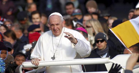 """Papież Franciszek dzień po powrocie z podróży na Litwę, Łotwę i do Estonii powiedział Polakom podczas środowej audiencji generalnej, że zachowuje wspomnienia z wizyty w tych krajach """"historycznie i duchowo związanych z Polską""""."""