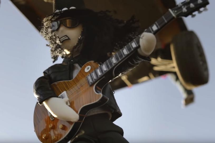 """""""Żadna kukiełka nie ucierpiała podczas jego kręcenia"""" - informuje Slash prezentując teledysk """"Driving Rain"""". To pierwszy singel z właśnie wydanej płyty """"Living the Dream"""" nagranej pod szyldem Slash Ft. Myles Kennedy & The Conspirators."""