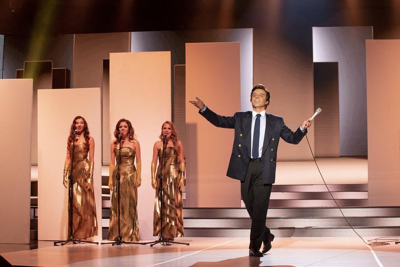 """Co wydarzy się w kolejnym odcinku """"Twoja Twarz Brzmi Znajomo 10""""? Na scenie pojawi się między innymi Rafał Szatan jako... Julio Iglesias."""