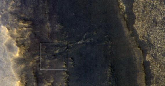 NASA wciąż nie odebrała od uśpionego w czasie wielkiej burzy piaskowej marsjańskiego łazika Opportunity żadnego sygnału, ale wie już, że próbnik jest na miejscu i nie został przysypany. Publikuje dziś najnowsze zdjęcie rejonu Perseverance Valley, na którym widać wyraźnie, że po ponad stu dniach burza w końcu ustała. Na obrazie wykonanym z pokładu sondy Mars Reconnaissance Orbiter z pomocą kamery wysokiej rozdzielczości HiRISE widać łazik w postaci małej kropki.