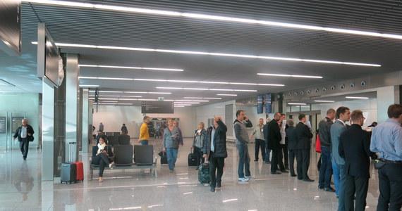 Na Korfu utknęło 26 klientów biura Millennium Travel z Legnicy, które w ubiegłym tygodniu ogłosiło niewypłacalność. Ich lot był opłacony w samolocie czarterowanym przez inne biuro. To jednak nie poinformowało o zmianie godziny wylotu. Dla turystów zorganizowano już kolejny transport do Polski.