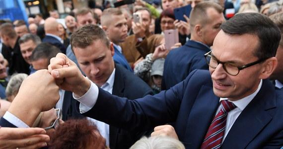 """Premier Mateusz Morawiecki ma sprostować swoją wypowiedź nt. budowy dróg i mostów z 15 września - uznał Sąd Apelacyjny w Warszawie. Od postanowienia sądu apelacyjnego nie przysługuje skarga kasacyjna i podlega ono natychmiastowego wykonaniu. """"W uzasadnieniu wyroku czytamy m.in. """"należy podzielić stanowisko Sądu Okręgowego co do tego, że pierwsza część wypowiedzi uczestnika zawierająca stwierdzenie """"Nie było dróg ani mostów"""" istotnie może być oceniona jako wypowiedź o charakterze  wartościującym, słowna hiperbola, figura retoryczna, wypowiedź przesadna i prowokacyjna, wyrażająca ocenę autora co do  stanowczo niedostatecznych jego zdaniem dokonań poprzedniej ekipy rządzącej w zakresie budowy dróg i mostów""""."""