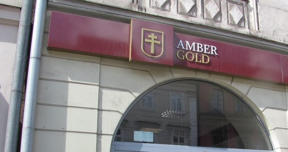 Prokuratura w Łodzi skierowała do Sądu Rejonowego Łódź-Widzew akt oskarżenia w sprawie 42-letniego byłego już funkcjonariusza Służby Więziennej. Mężczyznę oskarżono o niedopełnienie obowiązków i seksualne wykorzystanie stosunku zależności. Grozi mu do trzech lat więzienia. Według śledczych, od lutego do listopada 2014 roku mężczyzna dopuścił się na szkodę Katarzyny P., żony byłego prezesa Amber Gold, czynności o charakterze seksualnym. Wykorzystał przy tym istniejący stosunek zależności. W konsekwencji kobieta zaszła w ciążę.