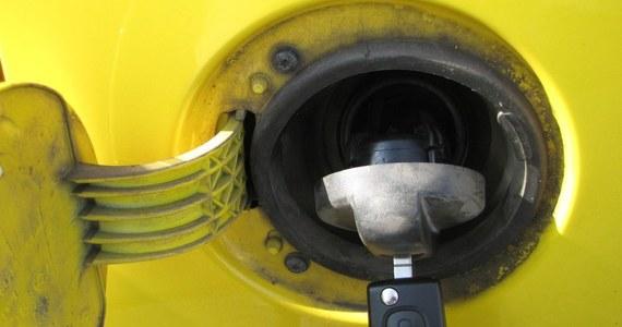 Do końca roku nie ma co liczyć na tańsze paliwa - tak twierdzą analitycy rynku paliw. Jeżeli nie wydarzy się nic nadzwyczajnego, to za benzynę, olej napędowy cały czas będziemy płacić co najmniej 5 złotych.
