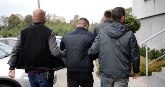 Policjanci zatrzymali mieszkańca Warszawy, który jest podejrzany o udział w napadzie na właściciela kantoru w Nowym Targu. Przedstawiono mu zarzut dokonania rozboju z użyciem przedmiotu przypominającego broń palną. Policja zapowiada dalsze zatrzymania w tej sprawie.