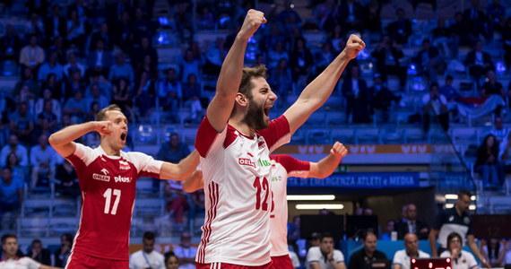 Polscy siatkarze w dzisiejszym meczu 3. rundy mistrzostw świata zagrają w Turynie z Włochami o przypieczętowanie awansu do półfinału. Broniący tytułu biało-czerwoni potrzebują seta, żeby zagwarantować sobie dostanie się do półfinału z pierwszego miejsca w tabeli. Mecz z Włochami rozpocznie się o godz. 21.15. Wyniki meczu NA ŻYWO będziecie mogli sprawdzić na RMF24.