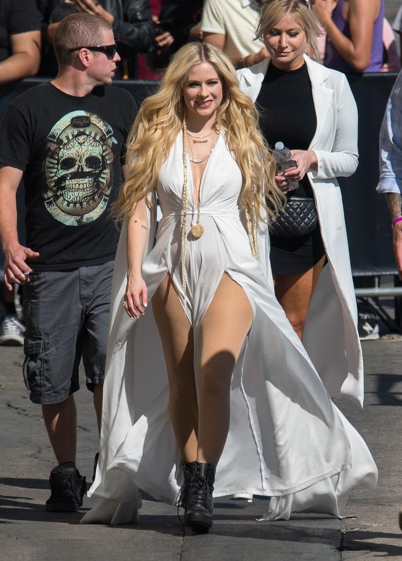 """Poniżej możecie zobaczyć teledysk do nowej piosenki Avril Lavigne. Utwór """"Head Above Water"""" to pierwsze nagranie od pięciu lat."""