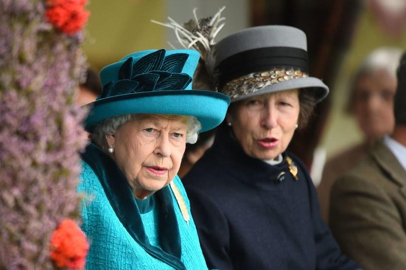 """Jeśli królowa Anglii z zadowoleniem oglądała pierwszy sezonu serialu """"The Crown"""", to obecnie może się to zmienić. Odcinek skupiający się na problemach młodego księcia Karola wywołał jej gniew. Nic takiego nie miało miejsca, mówiła królowa."""