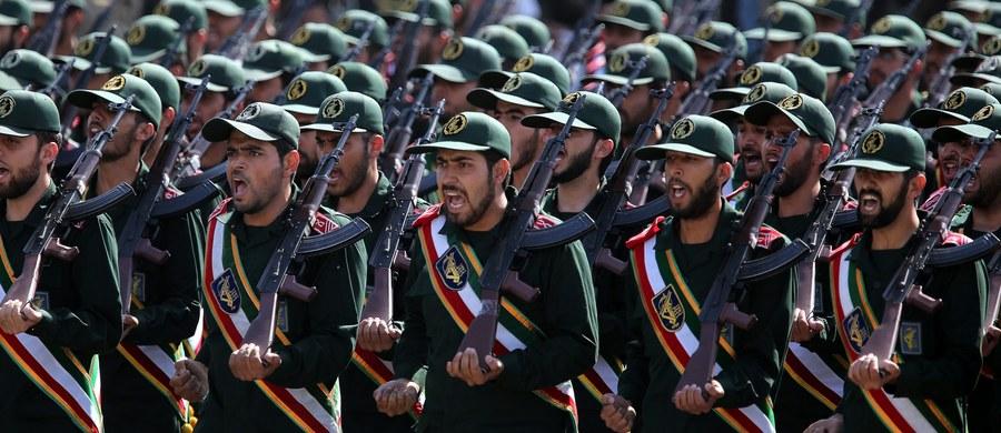 """Irańska Gwardia Rewolucyjna ostrzegła w piątek Arabię Saudyjską i Zjednoczone Emiraty Arabskie (ZEA), żeby przestrzegały """"czerwonych linii"""", wyznaczonych przez Teheran, bo w przeciwnym razie spotkają się z odwetem. """"Jeśli przekroczycie nasze czerwone linie, my z pewnością przekroczymy wasze. Wiecie, jaką burzę może wywołać irański naród"""" - powiedział zastępca dowódcy Gwardii Rewolucyjnej generał Hosejn Salami, cytowany przez agencję Fars."""