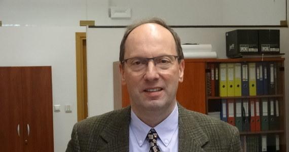 """""""W nauce nie wystarczy, by temat był interesujący tylko dla autora pracy, jego przełożonego, czy nawet całej instytucji, którą reprezentują, ale żeby praca ta była ważna dla jak najszerszego grona odbiorców na całym świecie"""" - mówi RMF FM prof. Mirosław Skibniewski z Uniwersytetu Maryland. Redaktor naczelny czasopisma """"Automation in Construction"""" w rozmowie z Grzegorzem Jasińskim podkreśla jak ważne jest publikowanie artykułów w języku angielskim, w czasopismach o jak największym prestiżu, zwraca uwagę na błędy, których trzeba unikać, przestrzega przed czasopismami wątpliwej wartości, ujawnia kulisy procesu, który najwybitniejszych prowadzi do… nagród Nobla. Bo nagrody Nobla przyznaje się właśnie w oparciu o publikacje naukowe."""
